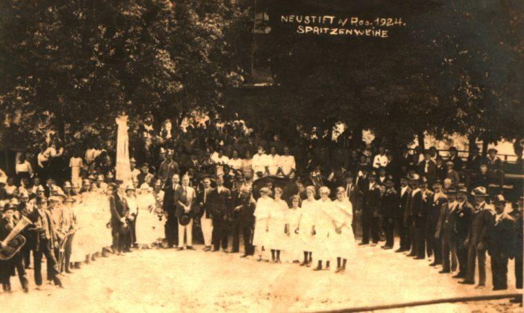 Die Spritzenweihe 1924 am Burgplatz, mit Ehrengästen, Musik, Gemeinderat und Ehrendamen.