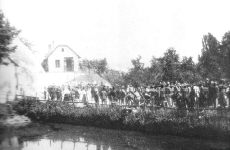 Vorführung der neuen Wagenspritze beim Burgteich, dahinter Kaufhaus Franz Strodl